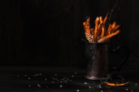 美味的自製紅薯薯條木製的桌子上。複製空間