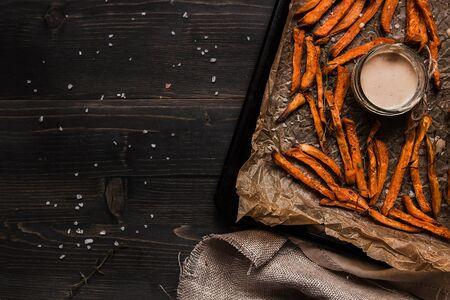 Вкусный домашнее картофельное картофельное картофельное картофельное фри с соусом на деревянном столе, вид сверху. Копирование пространства