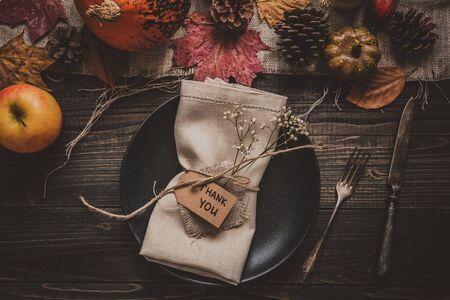 Fond de Thanksgiving. Décoration de Thanksgiving avec couverts et assiette sur la table en bois, vue de dessus.