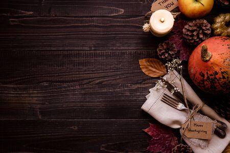 Décoration de Thanksgiving avec des couverts et des serviettes sur la table en bois, vue de dessus. Copiez l'espace. Banque d'images