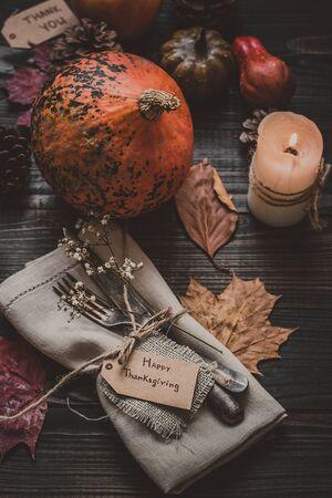 與餐具和餐巾木製的桌子上的感恩節裝飾。選擇性的焦點。