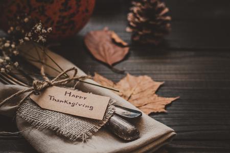 Decoración de acción de gracias con los cubiertos y la servilleta en la mesa de madera, de cerca. Enfoque selectivo