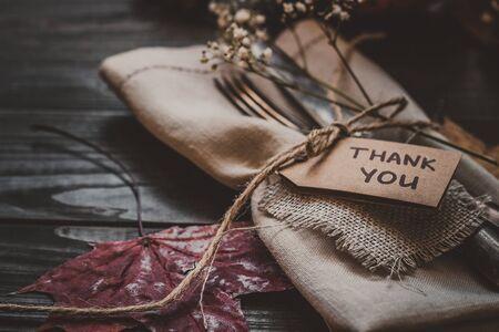 與餐具和餐巾在木桌上的感恩節裝飾,關閉。選擇性的焦點。