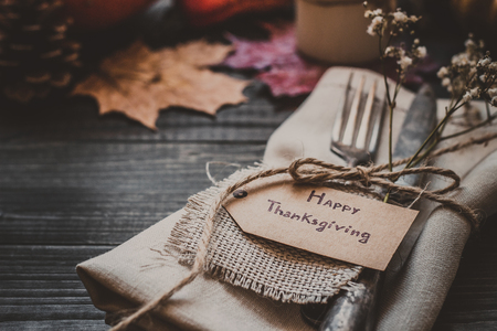 Украшение благодарения с столовыми приборами и салфеткой на деревянном столе крупным планом. Селективный фокус.