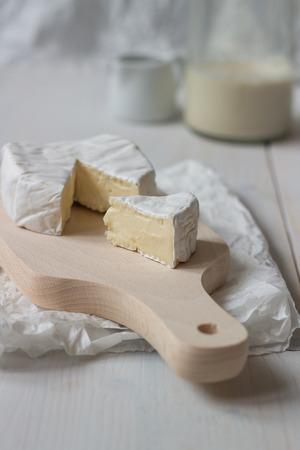 Tranches de camembert frais sur la table en bois blanche. Mise au point sélective