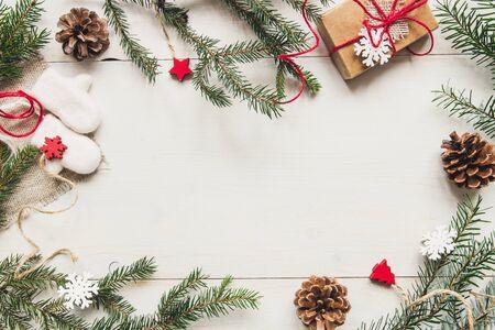 Рождественские фон. Новогоднее украшение с еловыми ветвями и подарком на деревянном белом столе. Копирование пространства