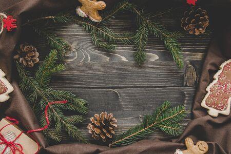 Рождественские фон. Новогоднее украшение с еловыми ветками и подарок на деревянном столе. Копирование пространства