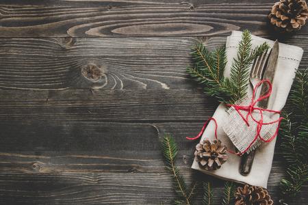 聖誕節裝飾與餐具和餐巾在木桌前,頂視圖。複製空間。 版權商用圖片