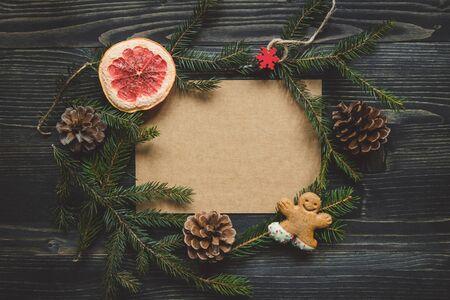 聖誕節背景。冷杉的枝條和薑餅人餅乾木製的桌子上的聖誕裝飾。複製空間 版權商用圖片