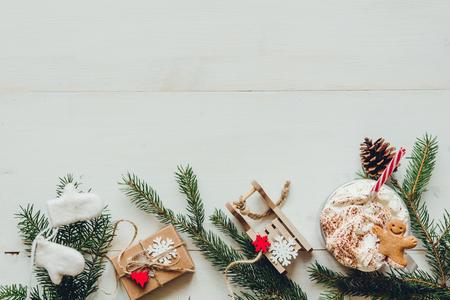Décoration de Noël avec des branches de sapin et boisson chaude d'hiver sur la table blanche en bois. Copier l'espace