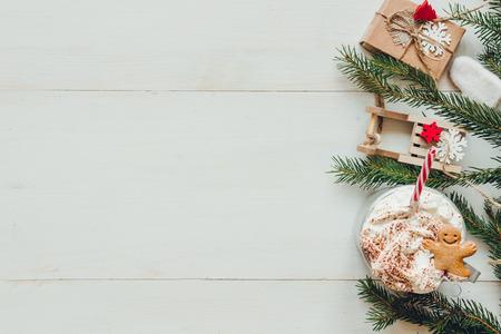 冷杉的枝條和冬季熱飲料在木製的白色桌子上的聖誕裝飾。複製空間