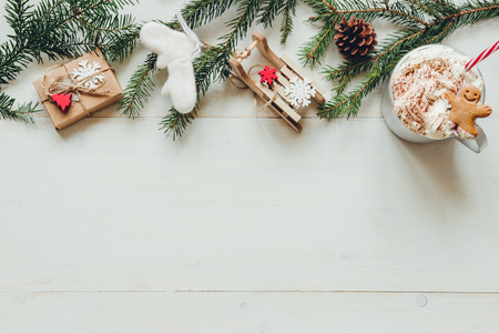 Christmas background. Christmas decoration with fir branches and winter hot drink on the wooden white table. Copy space Stockfoto