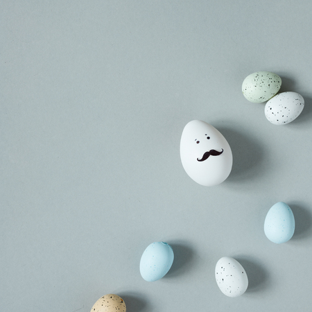 Happy Easter. Funny easter egg with mustache on gray background. Copy space 版權商用圖片