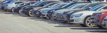 Estacionamiento de autos usados ??en la calle de la ciudad