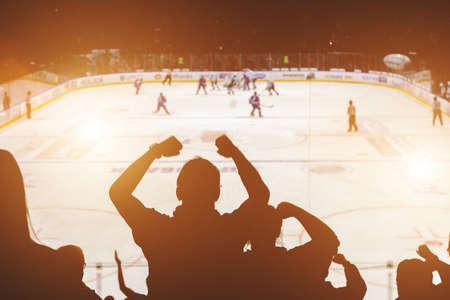 fans op de hockeywedstrijd achteraanzicht Stockfoto