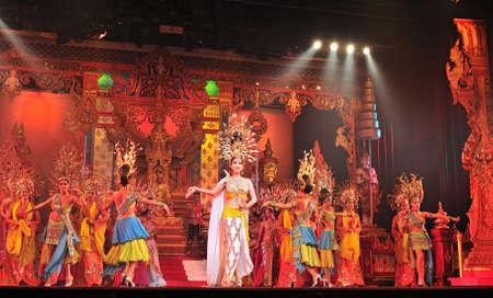 PATTAYA, THAILAND - AUGUST 30, 2011 Performance der Akteure auf der Bühne Alcazar Kabarett-Show in Pattaya Thailand am 30. August 2011 männlich und Ladyboy Künstler treten alle weiblichen Rollen in der Show Editorial