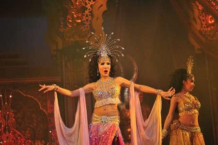 PATTAYA, THAILAND - AUGUST 30, 2011 Performance der Akteure auf der Bühne Alcazar Kabarett-Show in Pattaya Thailand am 30. August 2011 männlich und Ladyboy Künstler führen alle weiblichen Rollen in der Show Lizenzfreie Bilder - 27653613