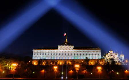 Russian palace: iluminaci�n festiva del Kremlin de Mosc� en la noche. Haces de luz brillan sobre el Kremlin Palace Grand y la bandera de Rusia.