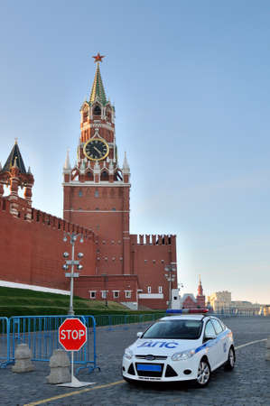 spassky: Car of the traffic police on duty near the Spassky Tower of Moscow Kremlin at the entrance to the Red Square