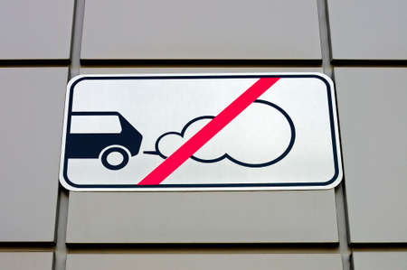 forbidding: Road sign forbidding parking of cars with the working engine against silvery metal panels