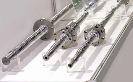 Stahlstangen mit einem Schraubengewinde und einem Metallrund Details.