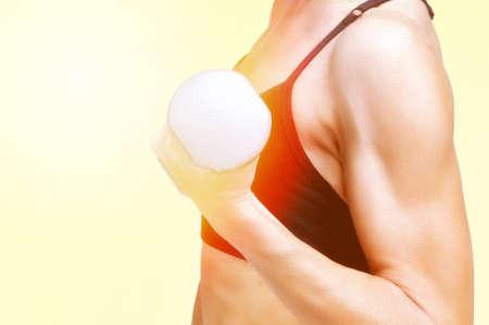 Hand der sportlichen Fitness-Mädchen mit Hantel. Getönten Bild.