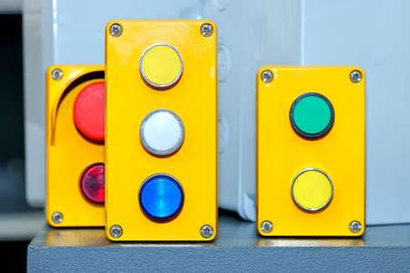 Grün, weiß, gelb, rote industrielle Schalterknöpfe Lizenzfreie Bilder - 85159775