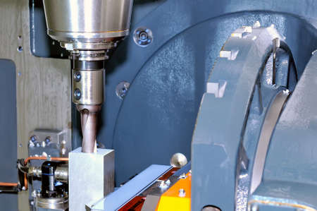 Industrie-Metallbearbeitungs-Werkzeugmaschine verarbeitet ein metall-rechteckiges Werkstück Standard-Bild - 85159784