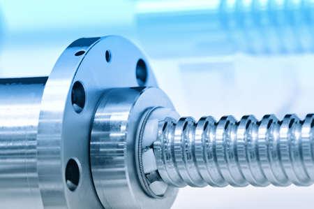 Stahlstange mit Schraubgewinde und Metall Runddetail. Blaue Tönung, kleine Schärfentiefe. Nahansicht Lizenzfreie Bilder - 85275039