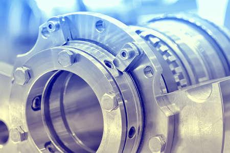 Stahlteile für industrielle Maschinen runde Form. Blaue Tönung, kleine Schärfentiefe. Nahansicht Lizenzfreie Bilder - 85410915