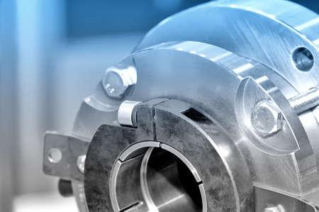 Stahlteile für industrielle Maschinen runde Form. Blaue Tönung. Nahansicht. Lizenzfreie Bilder - 85348928