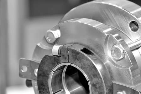 Stahlteile für Industriemaschinen runden Form. Schwarz-Weiß-Tönung. Nahansicht. Lizenzfreie Bilder