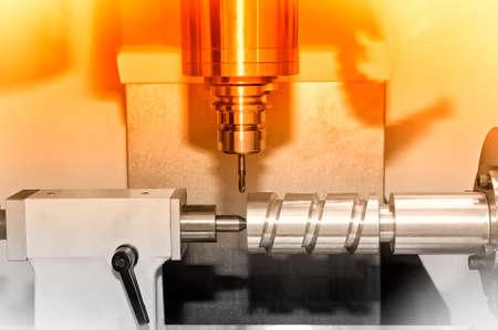 Metall Billet ist auf einer industriellen Fräsmaschine bearbeitet.Red Toning. Lizenzfreie Bilder