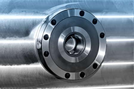 Rundes industrielles Metalldetail über eine Metallplatte. Seitenansicht. Blaue Tönung