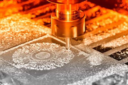Bearbeitung eines Metallteils auf einer industriellen Fräsmaschine. Auf einer Oberfläche eines Details gibt es Partikel von Metall und Rasieren. Selektive rote Tönung