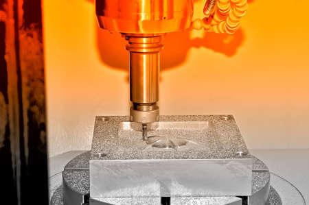 Bearbeitung eines Metallteils auf einer industriellen Fräsmaschine. Auf einer Oberfläche eines Details gibt es Partikel von Metall und Rasieren. Rote Tönung