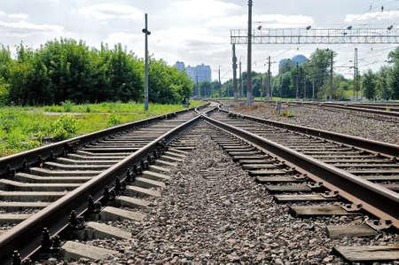 Rostige Schienen der verlassenen Eisenbahn. Perspektivische Ansicht