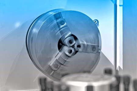Drehspindel der Industriedrehbank. Spindel defokussiert in Bewegung. Blaue Tönung