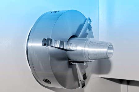 Metalldetail in einer Spindel der industriellen Drehbank. Blaue Tönung