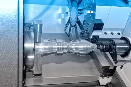Metalldetail wird auf der industriellen Drehbank verarbeitet. Blaue Tönung.
