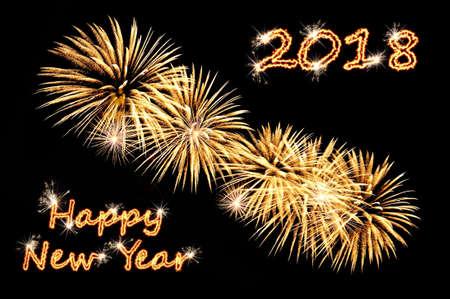Frohes neues Jahr 2018 der brillante Text der goldenen Farbe und Blitz von goldenen festlichen Feuerwerk eines Grußes auf einem schwarzen Hintergrund