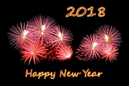 Das Feuer Text Frohes neues Jahr 2018 und Blitz von roten und rosa Feuerwerk von einem Gruß auf einem schwarzen Hintergrund Lizenzfreie Bilder