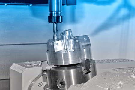 Metall Billet wird auf einer industriellen Fräsmaschine bearbeitet.Tonieren. Lizenzfreie Bilder