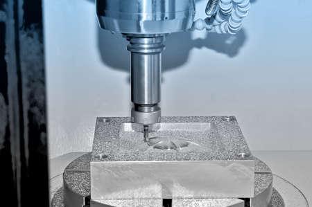 Bearbeitung eines Metallteils auf einer industriellen Fräsmaschine. Auf einer Oberfläche eines Details gibt es Partikel von Metall und Rasieren. Blaue Tönung Lizenzfreie Bilder
