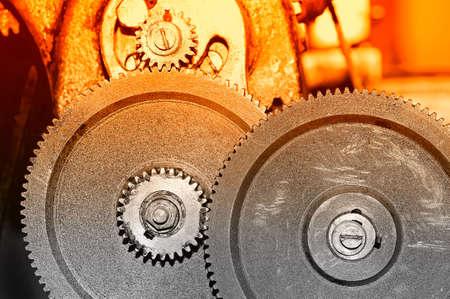 Rostige Gänge des alten industriellen Mechanismus. Selektive rote Tönung