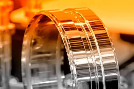Verchromtes neues industrielles Detail in Form eines Ringes. Kleine Schärfentiefe. Selektive rote Tönung