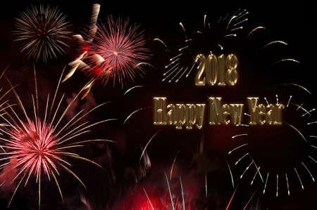 Frohes neues Jahr 2018 der brillante Text der goldenen Farbe und Blitz von bunten festlichen Feuerwerk von einem Gruß auf einem schwarzen Hintergrund