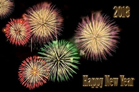 Inschrift die goldenen Buchstaben Frohes neues Jahr 2018 und Blitze von festlichen bunten Feuerwerk Gruß auf schwarzem Hintergrund