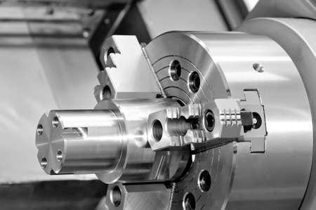 Stahl Metallstift und Getriebe mit einem Gewinde. Schwarz-Weiß-Tonung, geringe Schärfentiefe. Nahansicht Standard-Bild