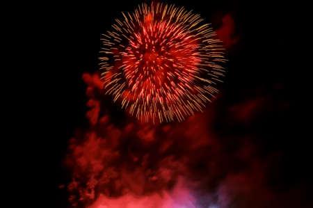 Erstaunliche rote Feuerwerke und roter Rauch auf schwarzem Hintergrund. Standard-Bild